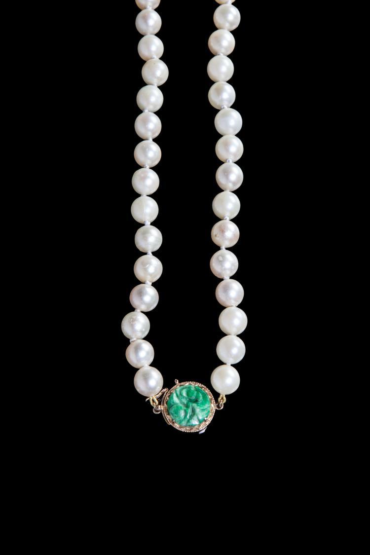 Collier de perles fines à fermoir de jade.
