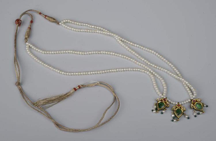 Collier Moghol à double rangs de perles fines terminé par trois pendeloques d'or serti de rubis et émeraudes sur face et sur l'autre d' émaux polychromes.