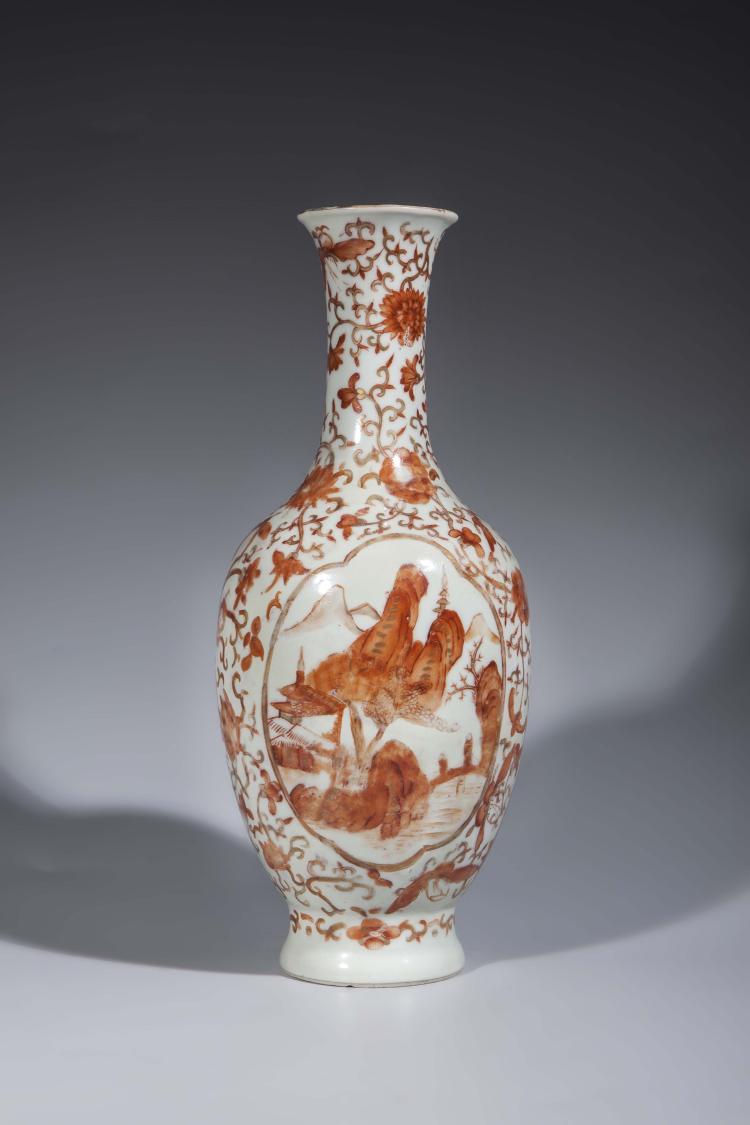 Flacon en porcelaine décoré d'un paysage en réserve en pigments corail et rehaut d'or.