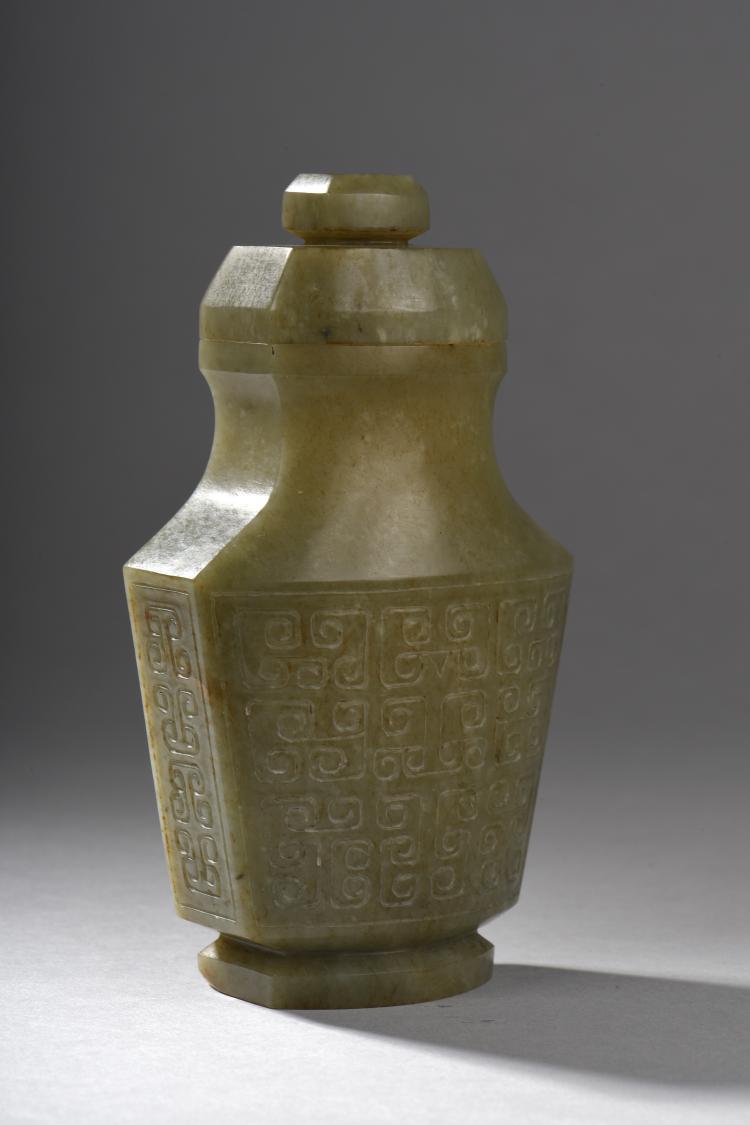 Vase couvert à panse plate sur piédouche à décor archaïsant d'entrelacs de leiwens ciselés.