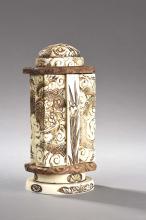 Autel votif à double ventaux ouvrant sur un reliquaire à Buddha ciselé de dragons flottants dans des cieux nuageux.
