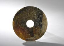 Disque Bi symbole du ciel ciselé de deux frises concentriques de motifs archaïsants et granulations symbolisant les perles d'éternité.