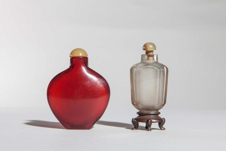 Deux tabatières en verre de Pékin rouge et blanc.