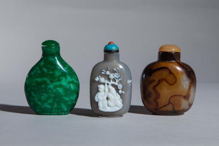 Suite de trois tabatières en agate et jade.