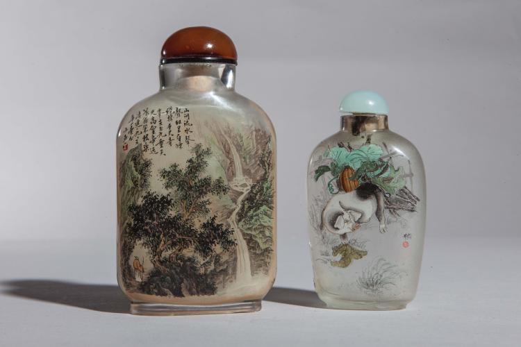 Deux tabatières en verre de Pékin peins à l'intérieur l'une d'un paysage montagneux illustré d'un personnage contemplant une cascade et l'autre un port dans un bouquet de végétale.