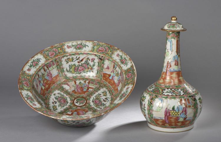 Flacon couvert et bassin en porcelaine de canton à décor traditionnel en émaux polychromes sur fond blanc et rehaut d'or.