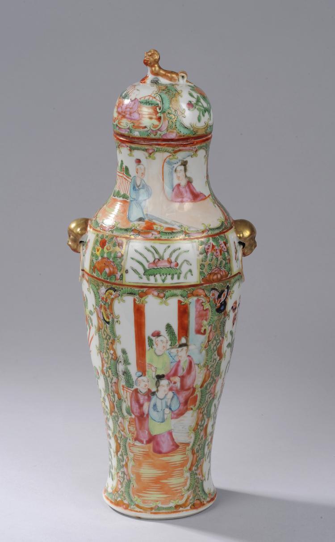 Vase balustre couvert en porcelaine de canton moulé d'anses chimériques à l'épaulement et d'un kilin en tenon de préhension à rehaut d'or.