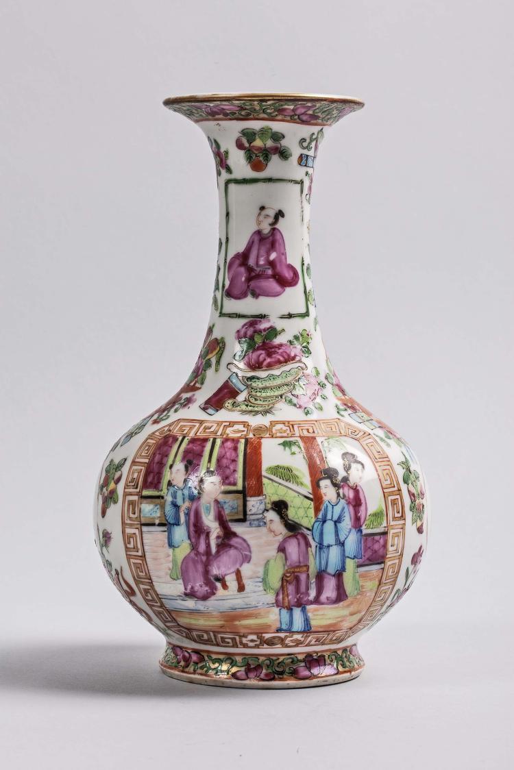 Vase globulaire à haut col en porcelaine de canton d'émaux polychromes sur la couverte.