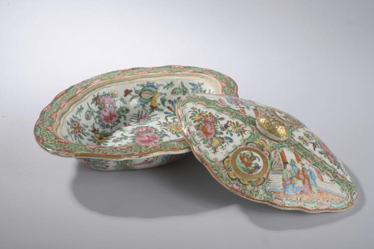 Légumier en porcelaine de Canton décoré de forme polylobé à couvercle à tenon de préhension en forme de fruit décoré en émaux polychromes sur la couverte de motifs floraux à rehaut d'or.