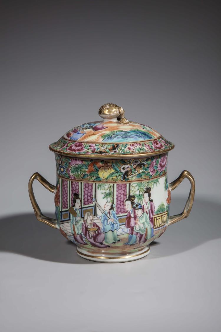 Sucrier couvert en porcelaine de Canton serti de deux anses latérales et sommet d'un tenon de préhension en forme de fraise.
