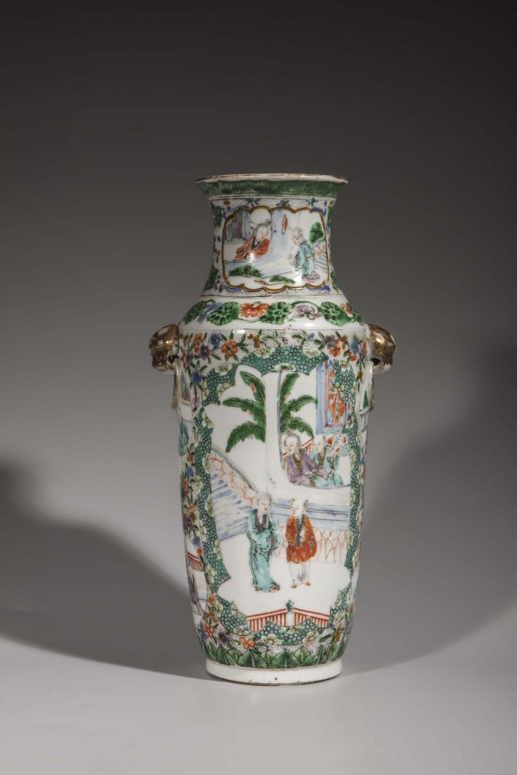 Vase balustre en porcelaine de canton moulé à l'épaulement de deux anses à têtes de chimères à rehaut d'or.