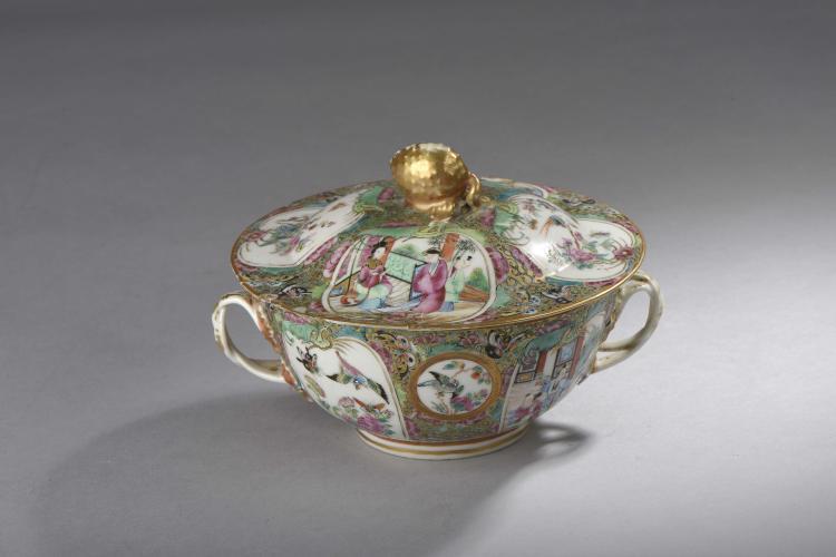 Bouillon couvert serti d'anses atérales en porcelaine de canton à rehaut d'or.