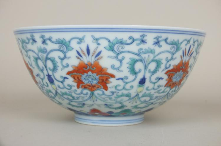 Bol en porcelaine à décor Douçaï marqué à la base d'un cachet sigillaire Dao Guang  en bleu cobalt sous couverte  Chine.