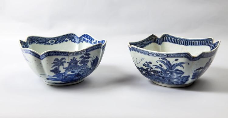 Paire de coupelles creuses à marli polylobé en porcelaine blanche décoré en bleu cobalt sous couverte de paysage lacustre.