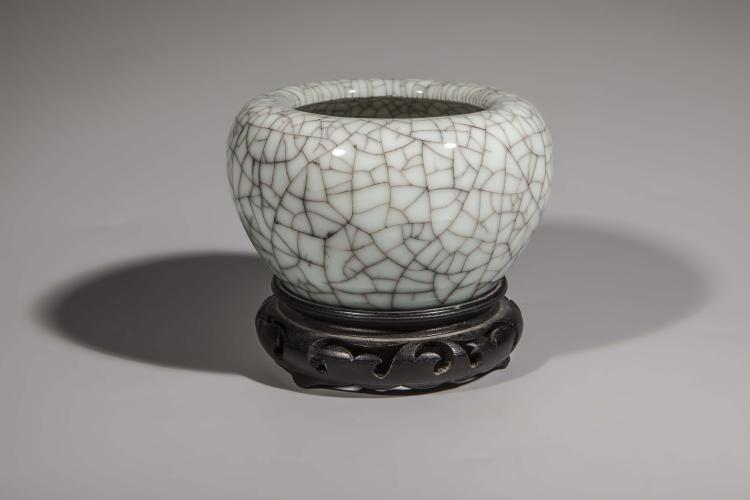 Coupe creuse pour rincer les brosses du lettré en porcelaine monochrome blanc craquelé.