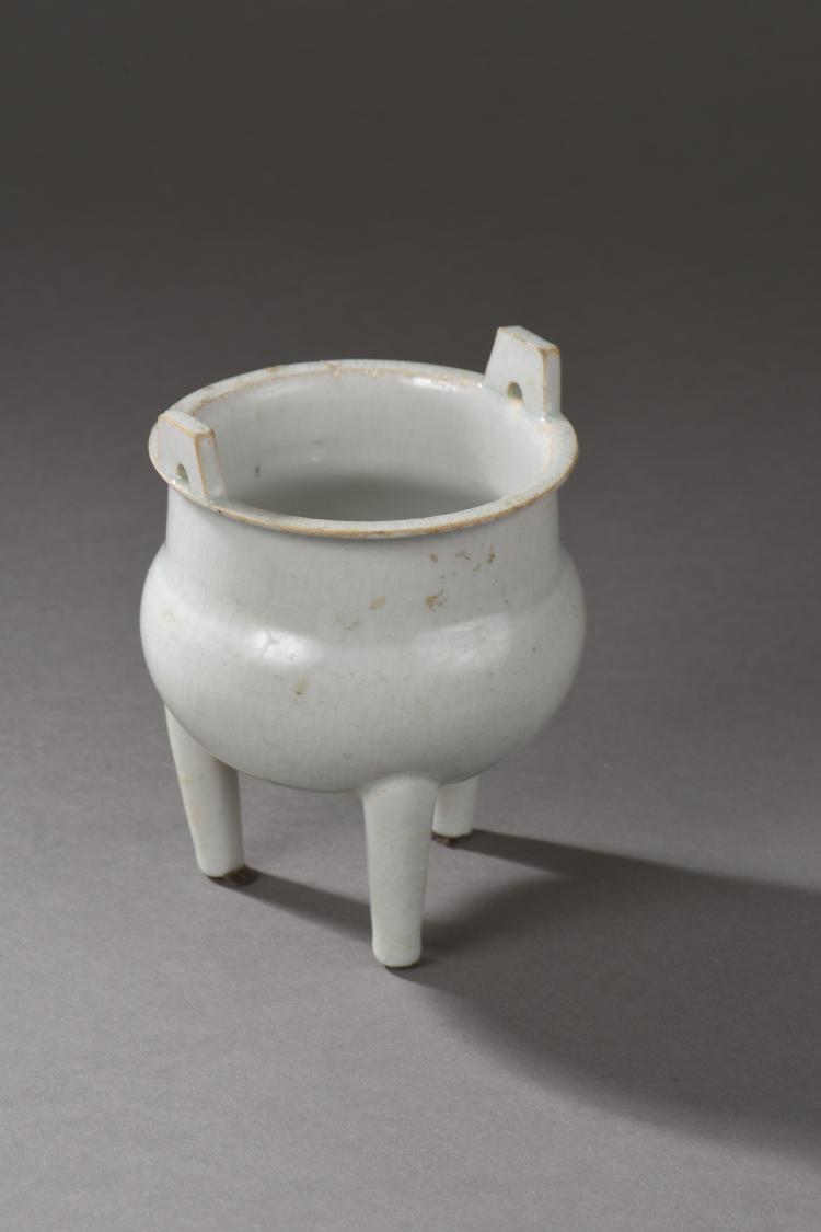 Brule parfum Ding tripode qinbai pansu sur haut pied a large encolure cylindrique légèrement ourle serti de deux anses latérales.