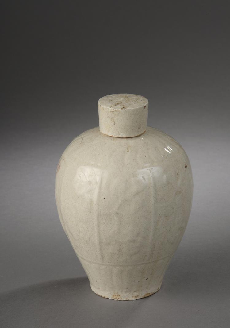 Flacon Qinbaï couvert en grès porcelaineux moulé de godrons et motifs floraux sous glaçure monochrome céladon crémeux finement craquelé.