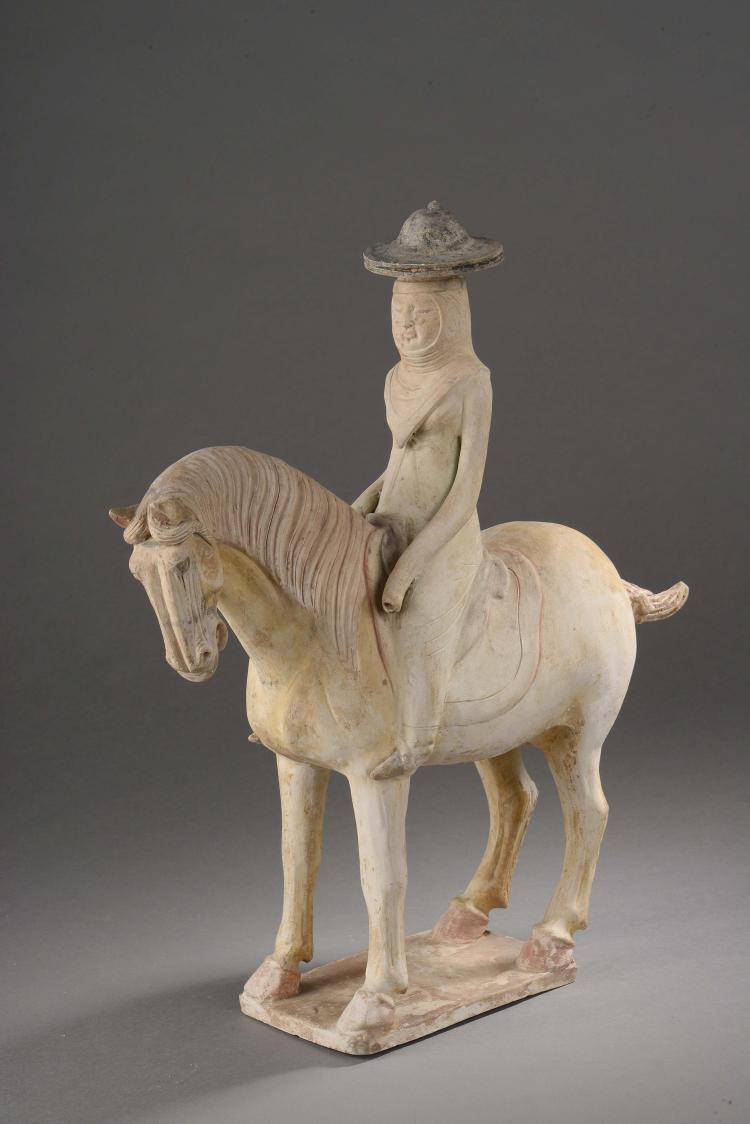 Cavalière vêtue d'une élégante robe à longue manche coiffée d'un voile couvrant ses épaules et sa poitrine sous un chapeau,