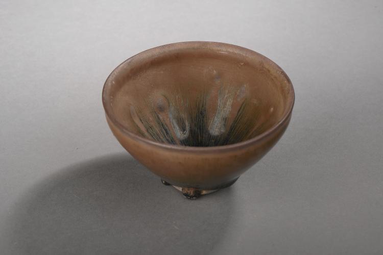 Coupe temoku en fin grès porcelaineux à glaçure dite fourrure de lièvre brune et noire.