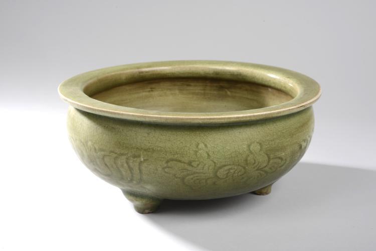 Brûle parfum Ding tripode du Longquan à large panse oblongue en épaisse porcelaine décoré en incision sous glaçure monochrome céladon craquelé.