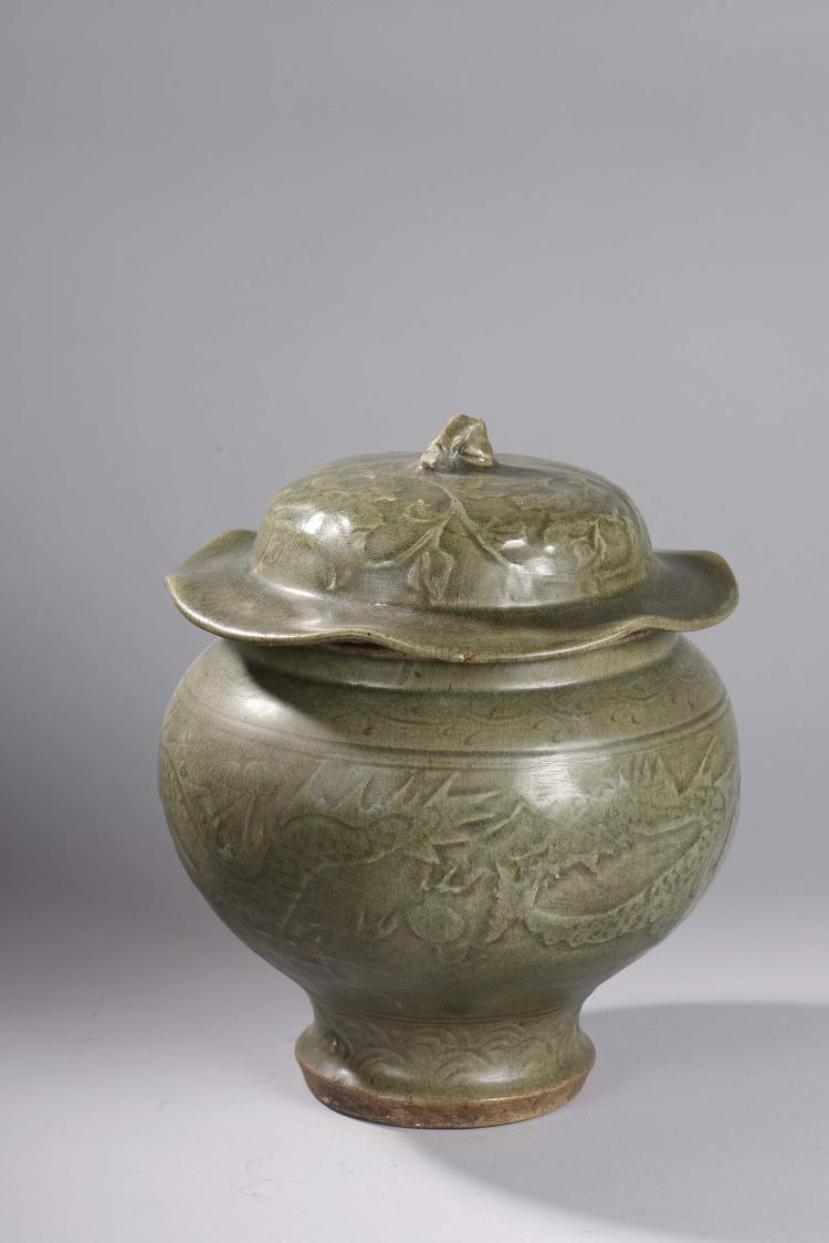 Bouillon du longquan sur base étroite de forme pansue à couvercle rappelant la feuille de lotus à tenon de préhension en forme de tige en épaisse porcelaine décoré en incision d'un dragon,