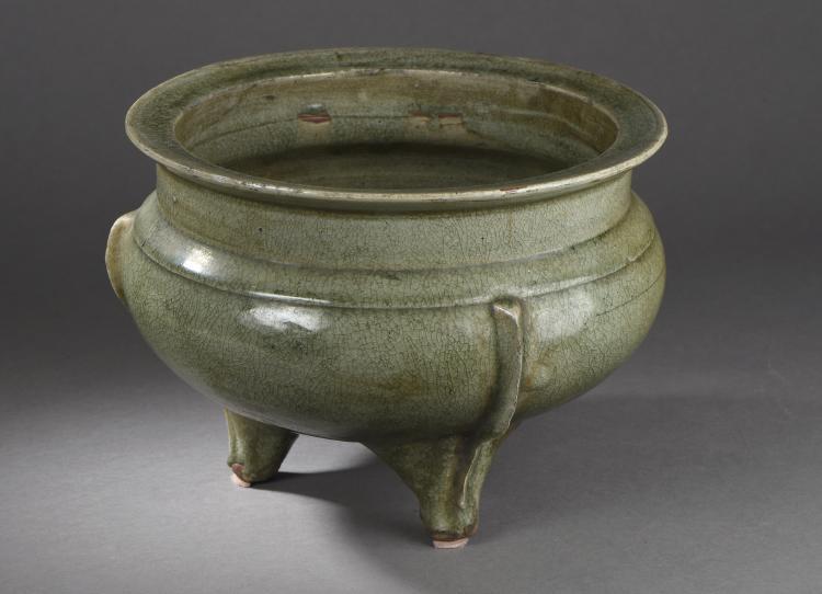 Large brule parfum du longquan de forme ding en épaisse porcelaine à glaçure monochrome céladon finement craquelé.