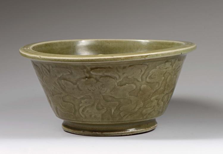 Coupe creuse à fond plat et paroi droite en épaisse porcelaine du longquan décorée en relief de motifs de pivoines sous couverte monochrome céladon.