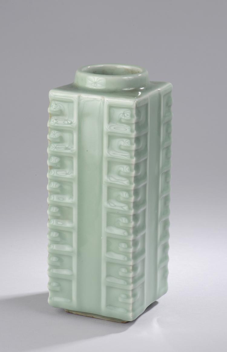 Vase de forme Zhong en porcelaine à glaçure monochrome céladon .Chine Dynastie Qing .