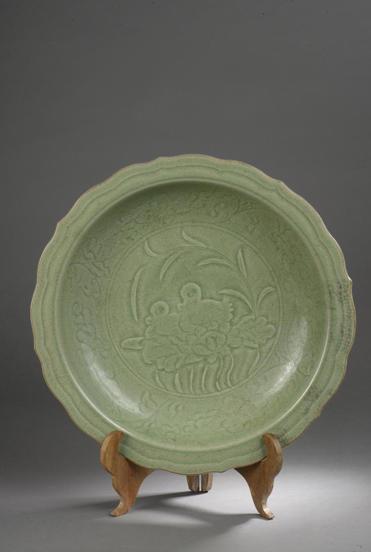 Important plat du longquan à marli polylobé décoré d'une feuille de lotus en fond et godron sur la paroi intérieure sous glaçure monochrome céladon craquelé.