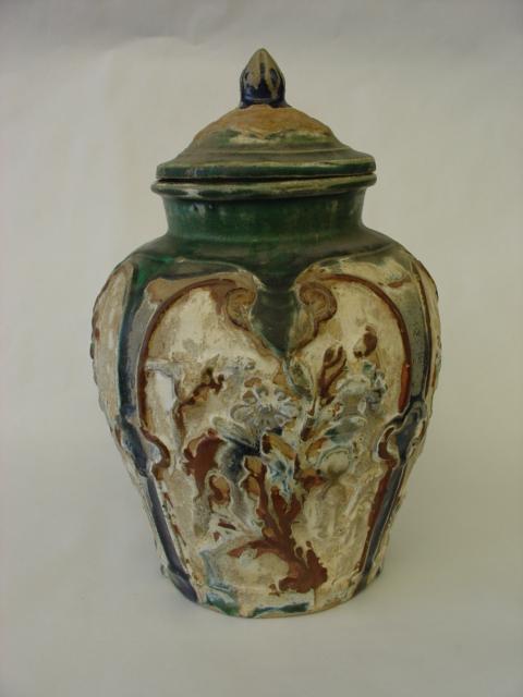 Potiche couverte à décor moulé de motifs floraux et écoinçons en réserve .Terre cuite à glaçure sançaï trois couleurs,
