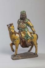 Cavalier illustrant Guandi le seigneur de la guerre chevauchant fièrement une monture à l'arrêt l'antérieur levé,