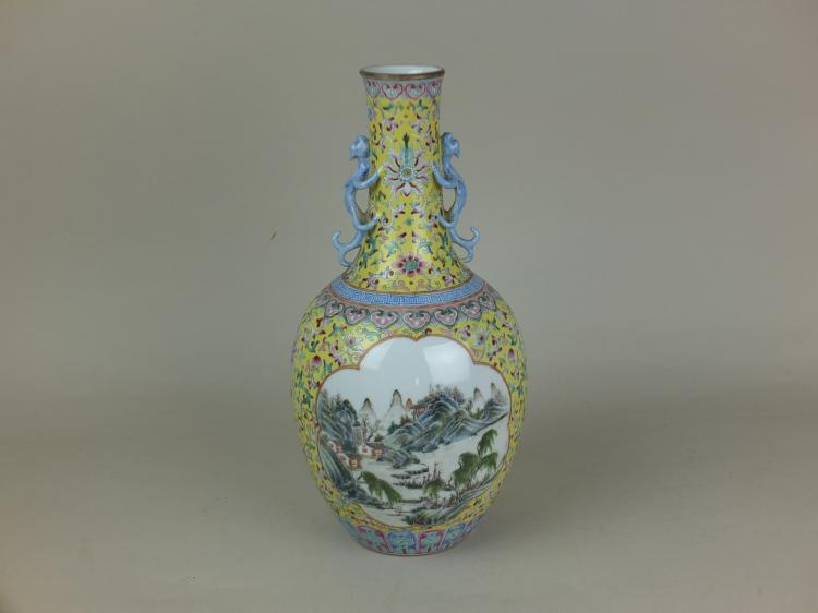 Vase flacon serti d'une paire d'anses zoomorphes dragons grimpant le long du col droit en porcelaine famille rose décorée d'émaux polychromes sur la couverte à dominante jaune parsemé de guirlandes florales et terminé par des frises de