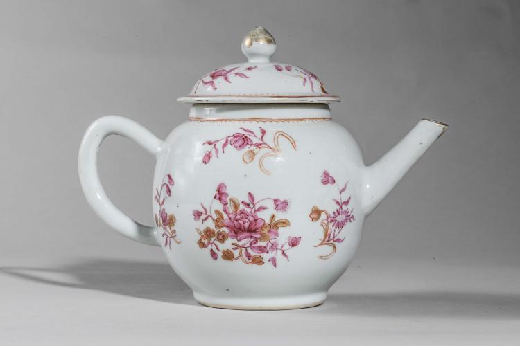 Verseuse couverte en porcelaine famille rose décorée de motifs floraux.