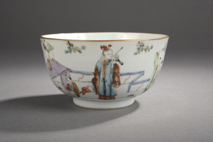 Bol sur pied en couronne en porcelaine de la famille rose décoré en émaux polychromes sur la couverte de personnages dans un jardin.