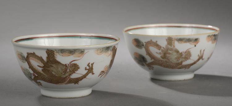Paire de bols à décor de dragons célestes en porcelaine blanche décoré en émaux gris,