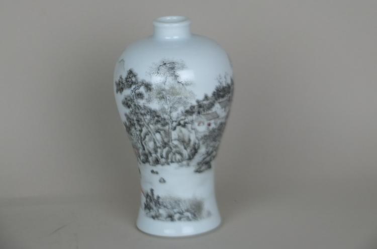 Vase meïping en porcelaine décoré en grisaille d'un paysage illustrant un hameau dans une forêt.
