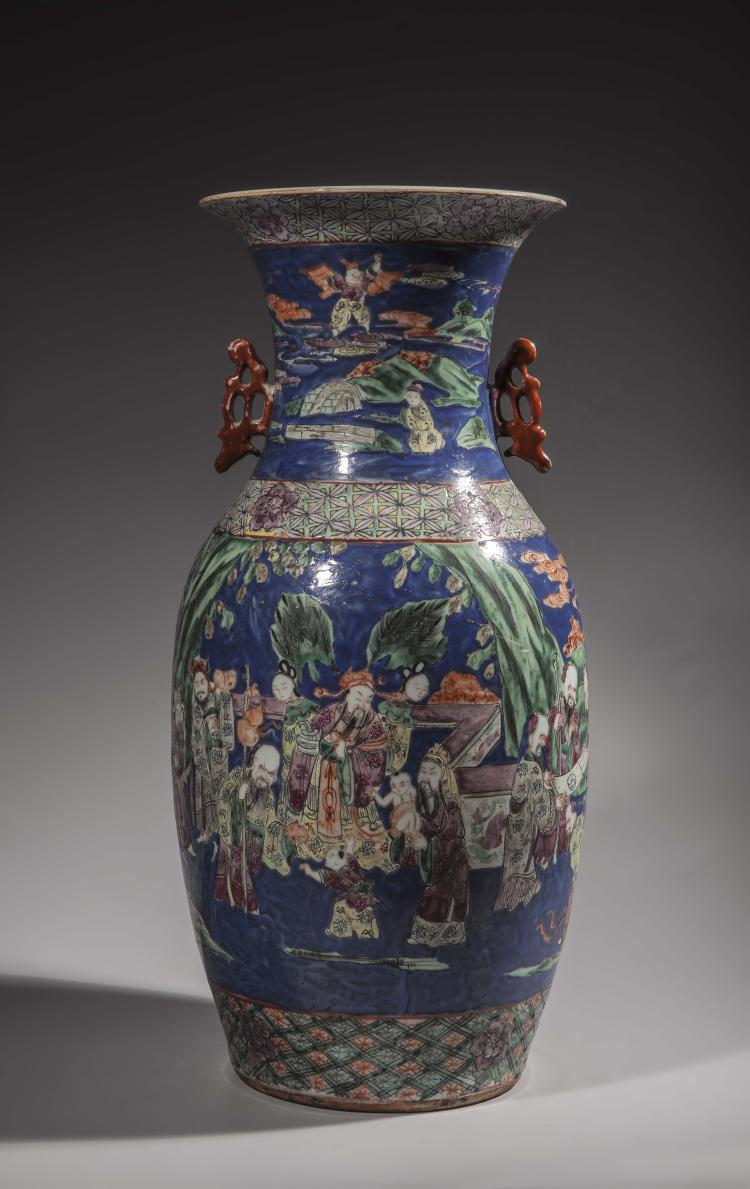 Vase balustre en porcelaine de la famille verte illustré de scènes de palais et moulé au col de deux oreillettes à glaçure rouge.