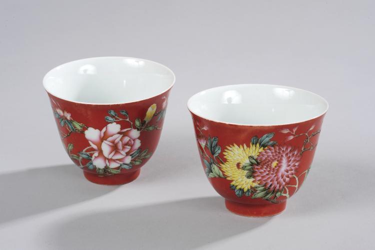 Paire de coupelles en porcelaine famille rose décoré en émaux polychromes sur la couverte de bouquets fleuris,