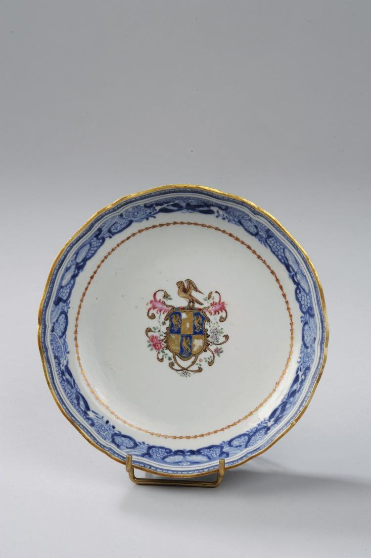 Deux coupes armoriées en porcelaine de la famille rose de la Compagnie des indes sertie de frises blanc et bleu à rehaut d'or.