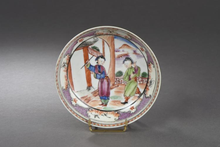 Coupelle en porcelaine famille rose illustrée de deux concubines dans un pavillon.