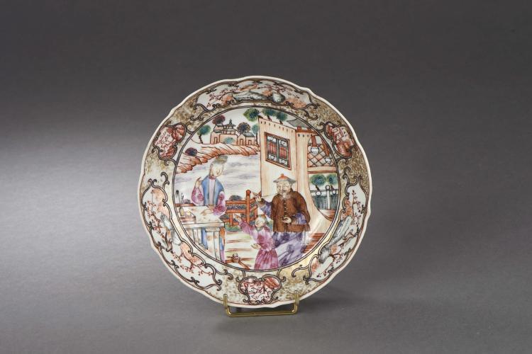 Coupelle à marli polylobé en porcelaine de la famille rose décorée d'une scène de palais animé de trois personnages.