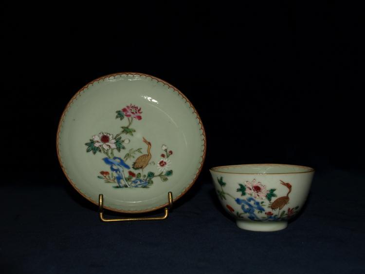 Sorbet et son présentoir en porcelaine de la Compagnie des Indes illustré en émaux polychromes et dorures sur couverte blanche d'un échassier dans un bouquet fleuri et d'une frise en guirlande aux marlis.
