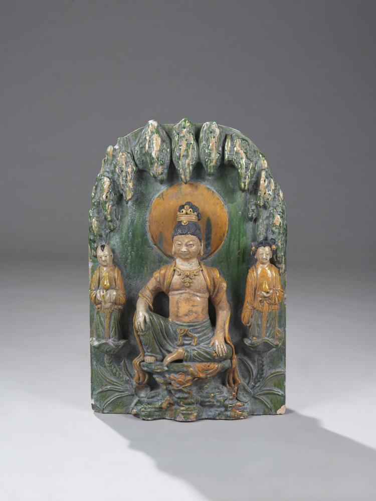 Haut relief votif de pagode illustrant le Boddhisattva Kwan Yin assis en aisance royale sur une console vêtu d'un pagne et d'une écharpe monastique,