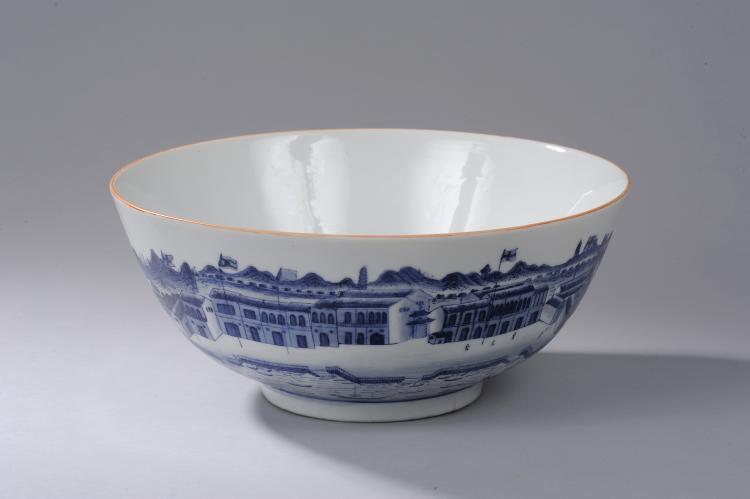Coupe à punch sur pieds en couronne en porcelaine blanche décorée en bleu cobalt sous couverte d'une scène illustrant probablement le port de Canton sur toute la paroi extérieure,