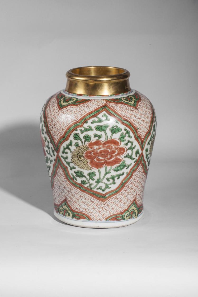 Pot en porcelaine wucaï décoré en émaux 5 couleurs sur la couverte de bouquets fleuris en réserve polylobé.