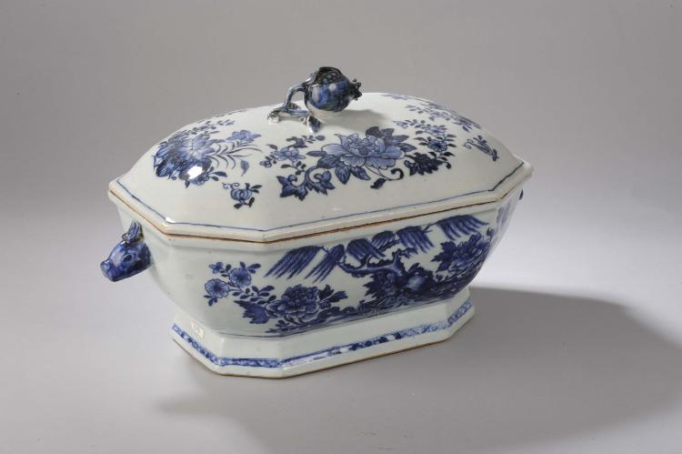 Terrine couverte de la Compagnie des Indes à tenon de préhension d'un grenade et anses latérales à têtes de sanglier en porcelaine blanche décoré en bleu cobalt sous couverte.