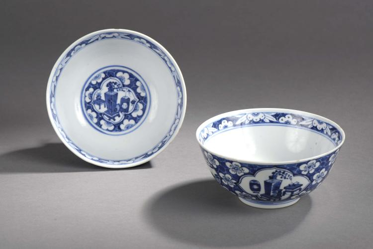Paire de bols sur pied en couronne en porcelaine  blanche décoré en bleu cobalt sous couverte de vases d'offrandes et frises de fleurs de prunus.