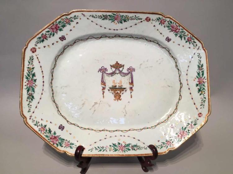 Plat octogonal armorié de la compagnie des Indes en porcelaine famille rose.