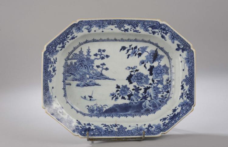 Plat octogonal en porcelaine de la Compagnie des Indes décoré en bleu cobalt sous couverte d'un passage lacustre.