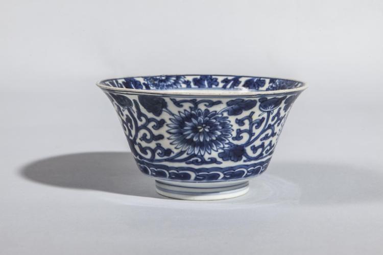 Coupe creuse sur pied en couronne en porcelaine blanche décoré en bleu cobalt de pivoines épanouies.